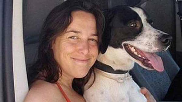 Holandesa quedó viuda al morir un gato y ahora se casa con un perro