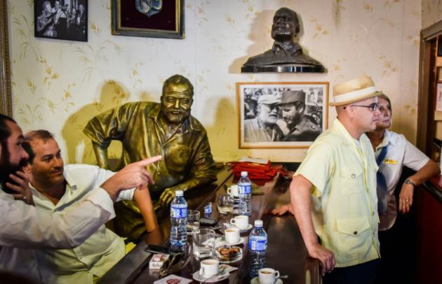 Inédito brindis con daiquiri en tumba del barman de Hemingway en Cuba
