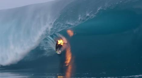 Surfista se prende fuego y domina olas  en Thaití