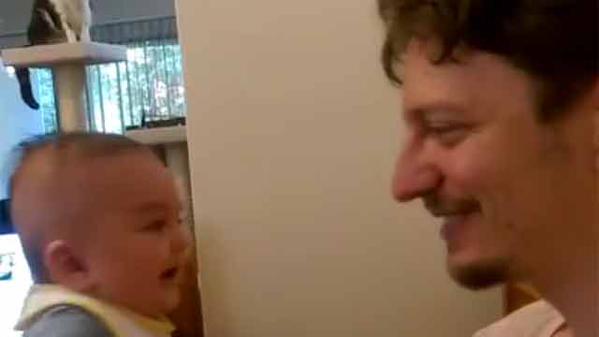 """Bebé de tres meses le dijo """"Te amo"""" a su padre"""