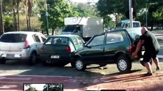 Ciclista se molestó por auto mal estacionado y lo levantó en peso