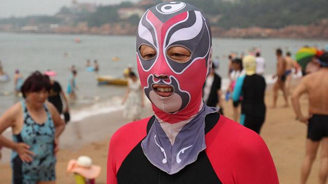 El facekini se impone entre las mujeres de China para evitar los efectos del sol