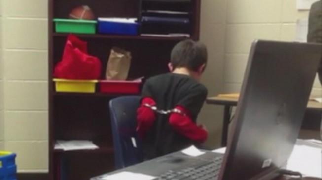 Indignación: Oficial de la policía de EEUU esposa a un niño de ocho años con déficit de atención