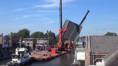Impactante accidente en Holanda: dos enormes grúas caen sobre varias casas
