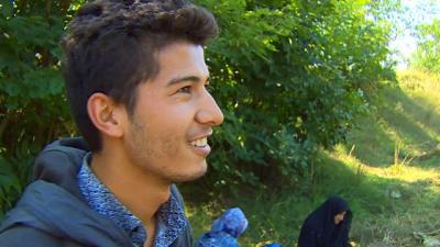 El adolescente que empujó a su abuela en silla de ruedas desde Afganistán a Hungría