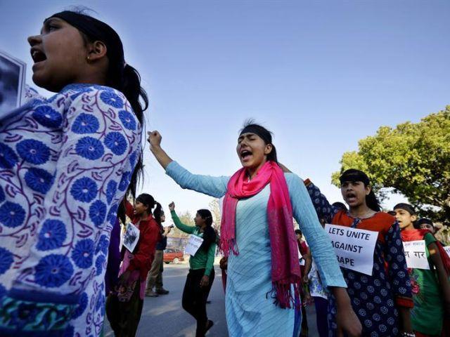 Condenan a dos mujeres a ser violadas en India