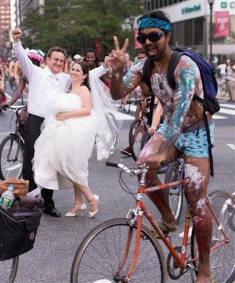 3.000 ciclistas nudistas se colaron en boda en Filadelfia
