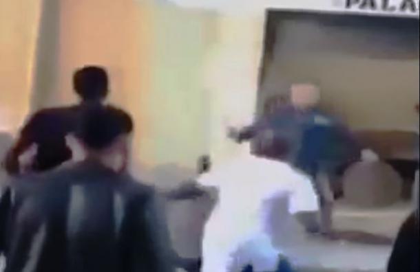 Dueño de local de comidas lucha con machete contra una turba de 30 ladrones
