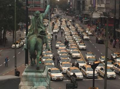 Taxistas cortaron el tránsito en Centro de Montevideo en protesta contra Uber
