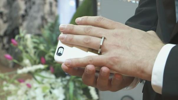 Un hombre se casó con su smartphone en Las Vegas