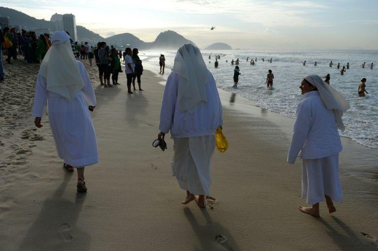 Polémica en Italia por fotos de monjas en la playa publicadas por un imán