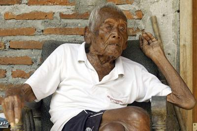 Hombre indonesio asegura tener 145 años y un solo deseo: morir