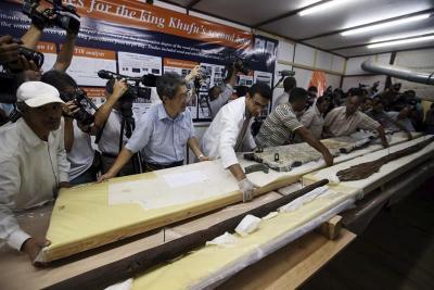 """Hallan piezas de madera """"únicas"""" de una de las barcas solares del faraón Keops"""