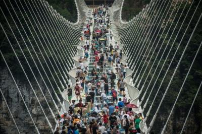 China cierra el puente de vidrio más largo del mundo por exceso de visitantes