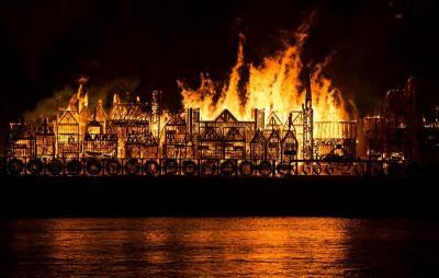Una réplica del Londres del siglo XVII arde en el río Támesis