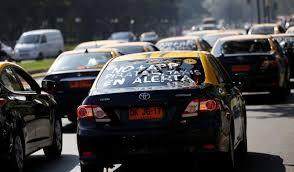 Paro de taxis desde 17 horas: se movilizan contra Uber y llegada de Cabify