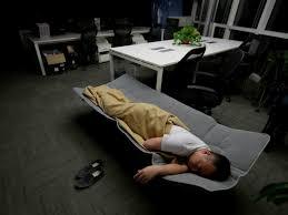 Trabajólicos: Nuevos profesionales comen y duermen en la oficina
