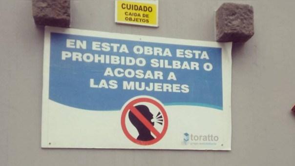 El primer letrero que prohibe el acoso sexual en las obras en construcción