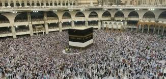 Desde alfombras hasta perfumes, los fieles se cargan de regalos en La Meca