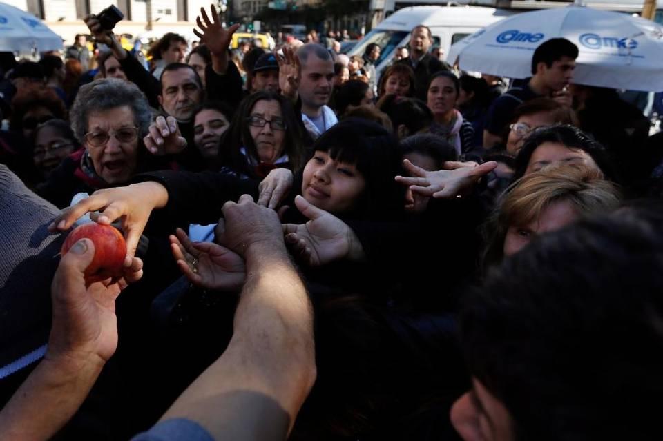 """Argentinos protestan por problemas económicos con """"ollas populares"""""""
