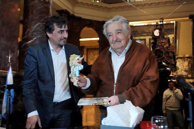 """Mujica invita a los jóvenes """"a pensar"""" y """"soñar"""" al recibir honoris causa en Argentina"""