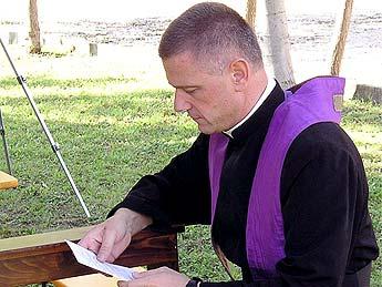 Un obispo lefebvriano dijo que las cámaras de gas existieron, al menos para desinfectar