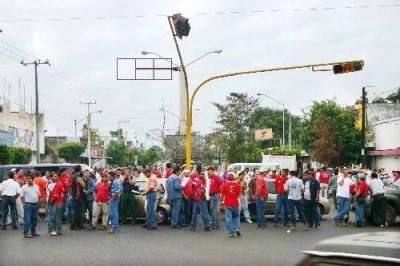 Mineros bloquean recinto portuario de Lázaro Cárdenas, en México