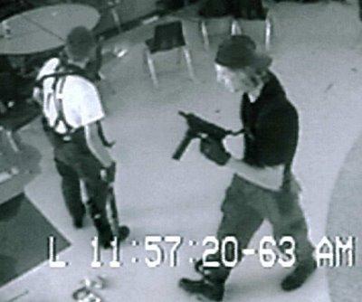 No a las armas: decenas protestan en Colorado durante aniversario de la matanza de Columbine