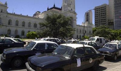 Recompensan por internet a un taxista argentino que devolvió una fortuna