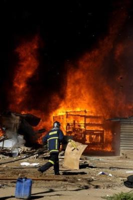 La policía griega destruye con bulldóceres un campamento de inmigrantes