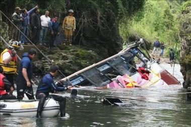 Nueve muertos tras caer un autobús a un desbordado arroyo en Paraguay