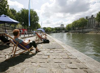 Orillas del Sena se convierten en playa urbana