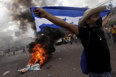 Arde Honduras: chocan seguidores de Zelaya y fuerzas golpistas