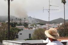 Canarias: explota pirotecnia acumulada en una cueva y causa un herido y un incendio forestal