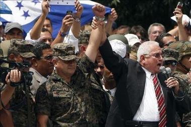 """El jefe militar de Honduras dice que el país está """"casi al final"""" de la crisis política"""