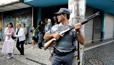 Río de Janeiro al rojo vivo: cinco muertos, ocho heridos, un helicóptero y 10 autobuses destruidos