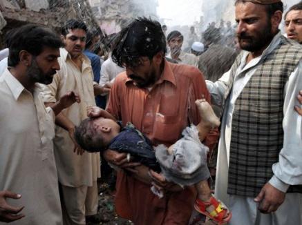Llegó Hillary Clinton a Pakistán y los talibanes volaron un mercado: mataron a 80 y dejaron 200 heridos en medio de escenas de horror