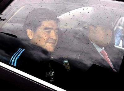 Maradona suspendido dos meses por la FIFA