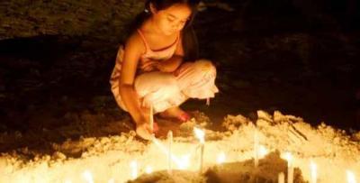 Velas en playas asiáticas para honrar a las 226.000 personas que mató el tsunami en 2004