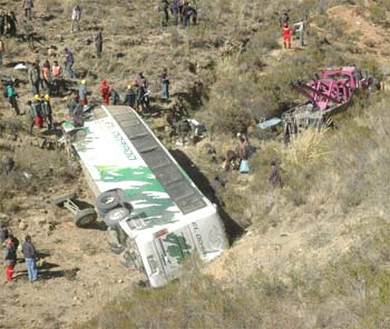 Bolivia: 22 muertos y 28 heridos al caer a un precipicio un ómnibus y un auto