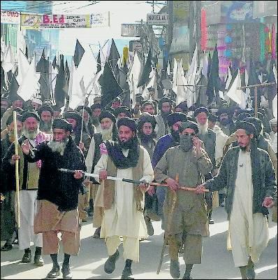 Bombas y trampas de los talibanes frenan a fuerzas de EEUU que no pueden destruir su reducto