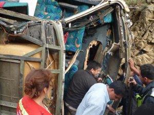 9 muertos y 21 heridos al volcar ómnibus en México