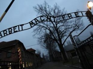 Tres polacos condenados por robar letrero de Auschwitz