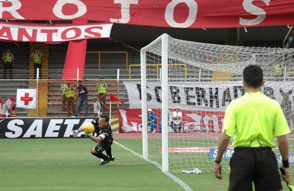 El golero uruguayo Alexis Viera impacta a Colombia