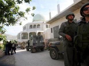 Colonos judíos profanan una mezquita en un pueblo de Cisjordania