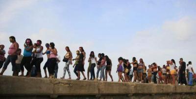 84 mujeres se desnudan en Colombia para denunciar el abandono de un muelle