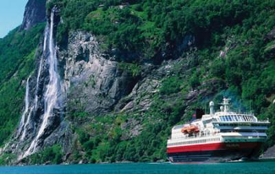 Se incendia un crucero de lujo alemán en fiordos de Noruega y hay 607 evacuados
