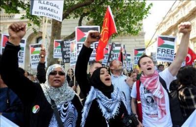 """Miles de personas protestan en Francia contra el asalto israelí a la """"Flotilla de la Libertad"""""""
