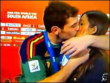 The Times se niega a disculparse con el arquero de la selección española y su bella novia periodista