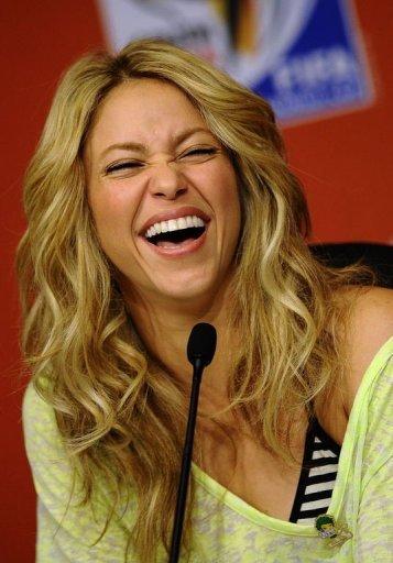 Barcelona podría multar a Shakira por ir sin casco en un videoclip